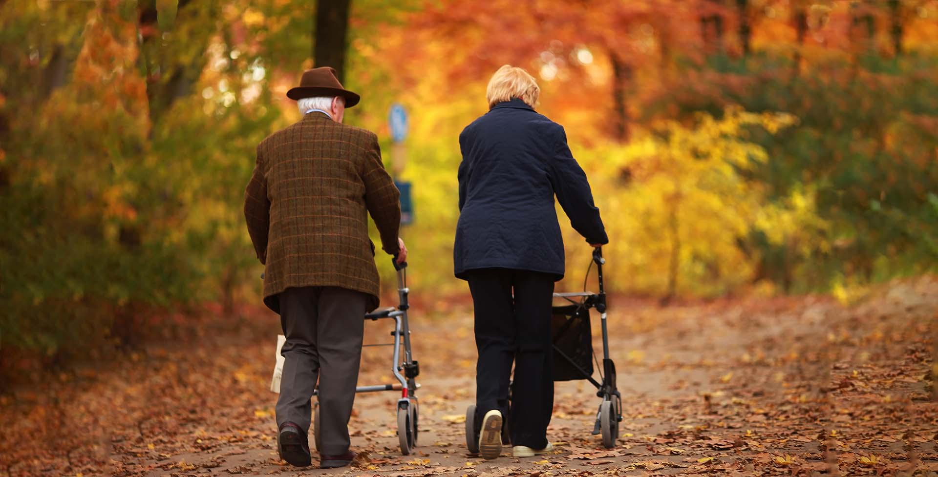 Ältere Menschen im Park Geriatrie Ergotherapie Wachter Kempten im Allgäu